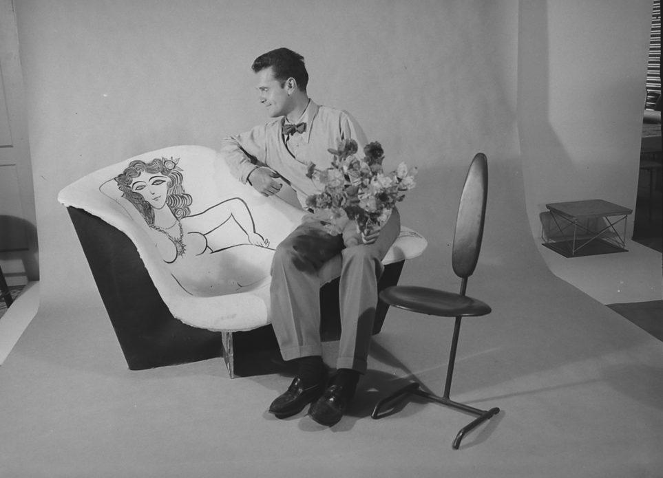 Charles Eames galanteando con un dibujo de Saul Steinberg, realizado sobre un prototipo de 'La Chaise'. © Collection. Getty images